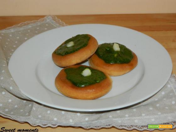 Pizzette con pesto di basilico
