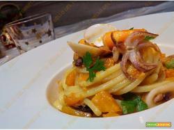 Spaghetti con zucca e frutti di mare