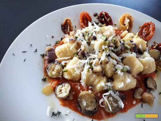 Gnocchi di patate con pomodorini confit, melanzane e crema di peperoni