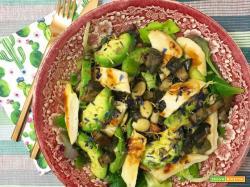 Bowl di pollo, avocado, funghi e mandorle