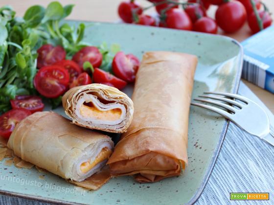 Involtini di pasta fillo con affettato di tacchino e formaggio cheddar