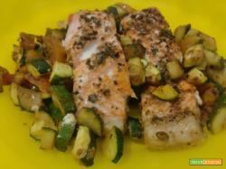 Trancio di salmone al forno con zucchine e pomodorini