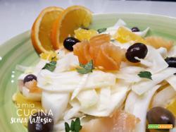 Insalata salmone, finocchi e olive