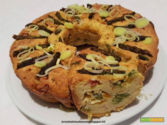 Ciambella salata svuota frigo con porri, asparagi, wurstel e peperone