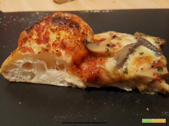 Pizza con funghi champignon e mozzarella al profumo di timo selvatico