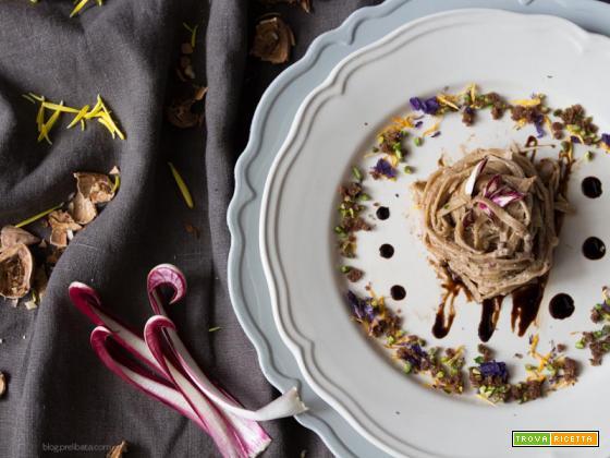 Fettuccine con pane di segale, noci e fiori d'inverno