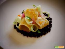 Pasta mezze maniche in salsa di  lenticchie nere    profumate  con alloro e scorza d'arancio