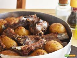 Costine di maiale e patate sotto il coppo