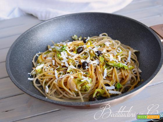 Pasta con foglie di cavolfiore, olive e limone