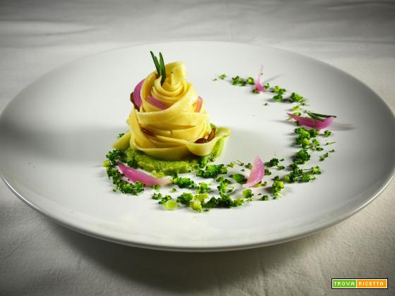 Tagliatelle Vegan con crema di broccoli e patate, uvetta e cipolla rossa profumate con zenzero e rosmarino