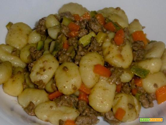 Gnocchi con ragù di carne e verdure