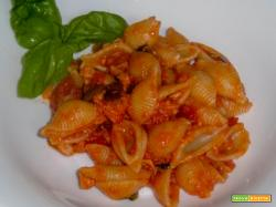 Pasta con tonno, pomodoro e olive