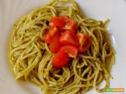 Spaghetti con pesto e pomodorini
