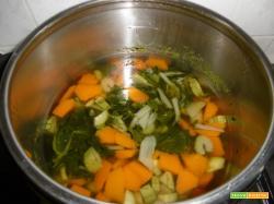 Brodo di verdure in pentola a pressione