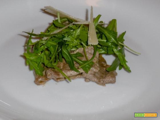 Straccetti di manzo all'aceto balsamico con rucola e parmigiano