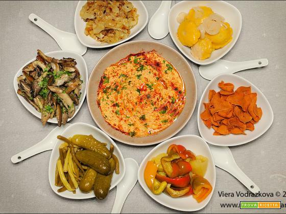 Hummus circondato dalle verdure e piada