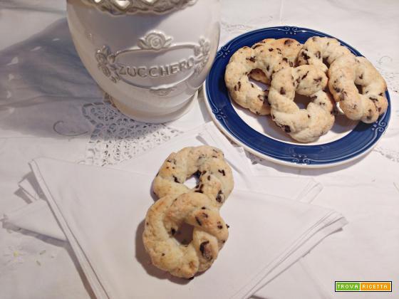 Ciambelline intrecciate alla ricotta con gocce di cioccolato( senza burro e uova)