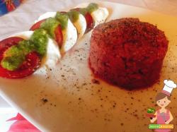 Tartare di fassona con mozzarella e pomodori e al basilico ed emulsione di basilico