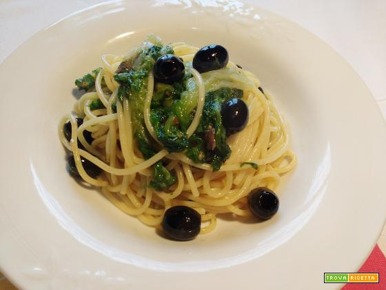 Spaghetti con scarola, alici e olive nere