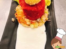 Tartare di manzo su panzanella e tuorlo croccante, accompagnata da crema di pecorino