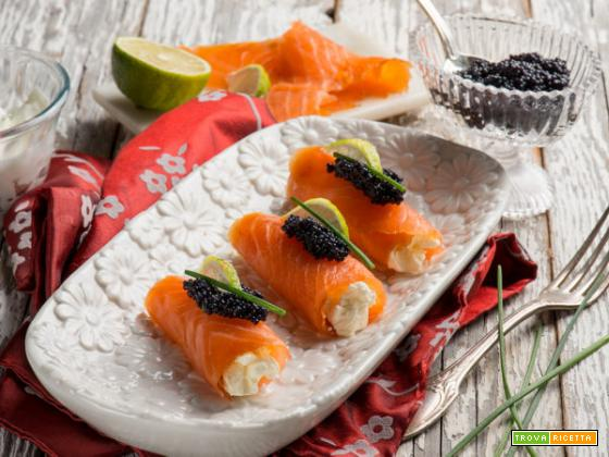 Involtini al salmone con formaggio cremoso e caviale: l'antipasto raffinato ricco di gusto