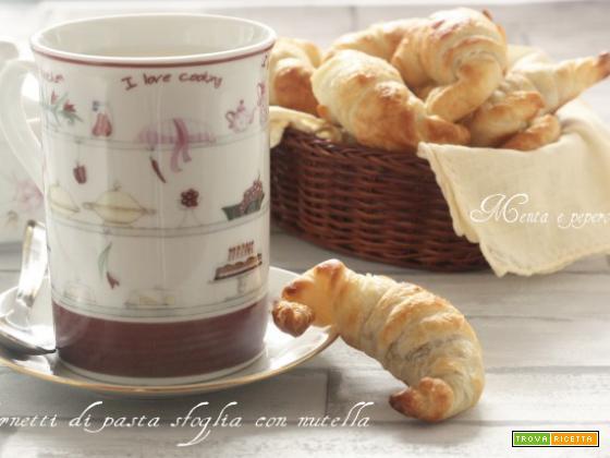 Cornetti di pasta sfoglia con nutella