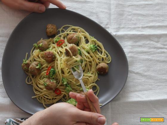 Polpette al burro con spaghetti piccanti e broccoletti