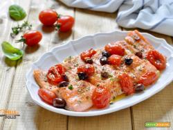 Trota salmonata con pomodorini e olive al forno