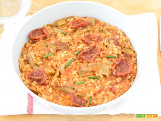 Risotto rosso con pomodori secchi e carciofi
