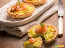 Tartellette salate con salmone, un antipasto delicato e sfizioso