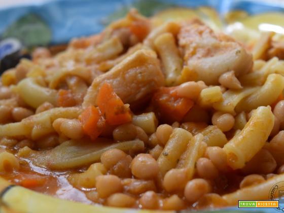 Pasta mista con fagioli tondini e costine di maiale