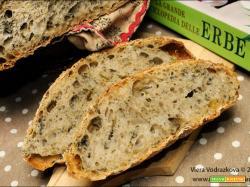 Pane semplice con le erbe di primavera