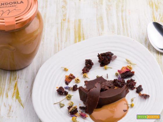Le dolci scaglie di cioccolato fondente su crema di mandorle