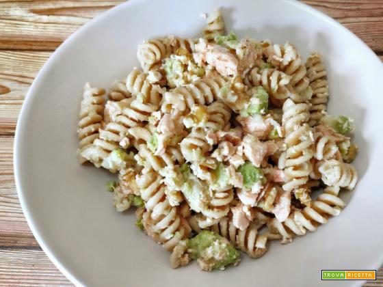Fusilli integrali con broccoli, salmone e noci