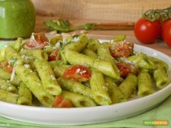 Pasta pesto di rucola e pomodorini, condimento veloce e leggero senza cottura