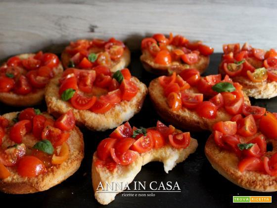 Friselle fatte in casa con pomodorini e basilico