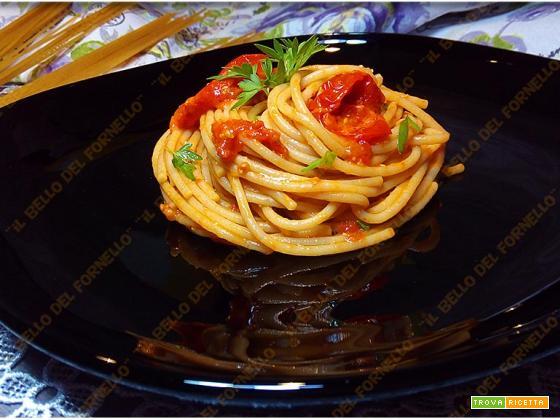 Spaghetti integrali con colatura di alici e peperoni