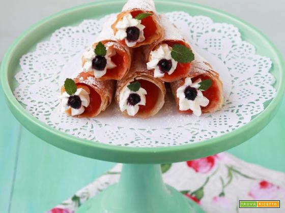 Coni croccanti di pasta fillo ripieni di crema di fragole e panna