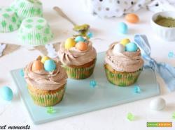 Cupcake al pistacchio con ovetti colorati