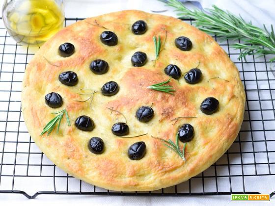 Focaccia di semola al rosmarino e olive