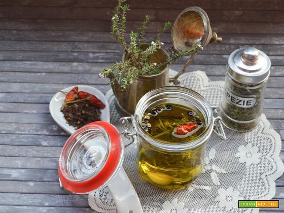 Olio aromatizzato alle erbe e spezie