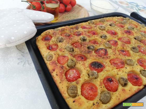 Focaccia ai pomodorini ed olive a lievitazione naturale