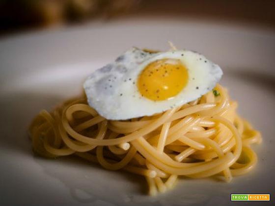 Spaghetti con uovo fritto