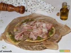 Pizza con pesto di pistacchi e mortadella