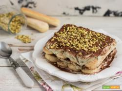 Tiramisù al pistacchio: ricetta senza uova e caffè