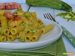 Pasta con zucchine gamberetti e curry