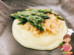 Quinoa con asparagi e crema di patate e porri