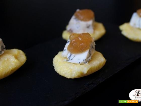Finger food di polenta, blu di pecora e salsa di pere e zenzero