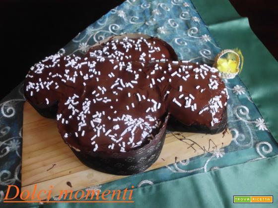 Colomba con gocce di cioccolata-ricoperta con glassa al cioccolato
