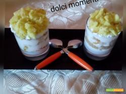 Torta mimosa nel bicchiere con pezzi di  albicocche
